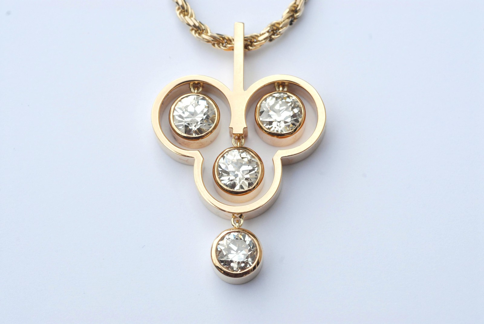 Pendant for four diamonds